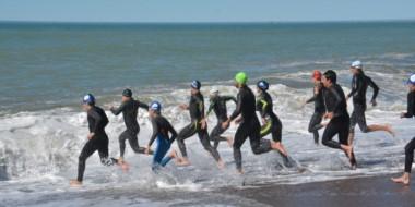 Nadadores al agua. Aguas apacibles, fuerte rompiente y mucho calor en el mediodía del domingo en Playa.