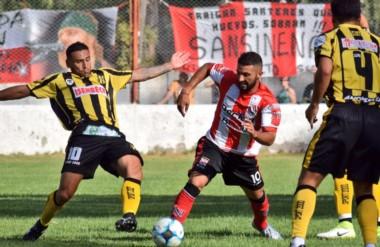 Rodrigo Bona trata de recuperar el balón. Deportivo Madyrn cosechó una derrota en General Cerri.