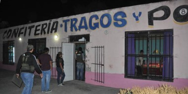 Personal de la XIV Agrupación de Gendarmería ingresando al local ubicado en el acceso a San Antonio.