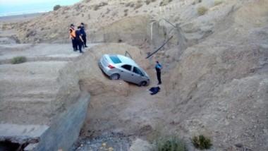 El auto quedó atrapado en una alcantarilla (foto ADNSur)