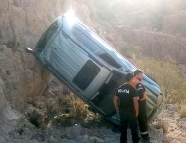 El vehículo SUV Hyundai quedó apoyado contra una barda del lugar.
