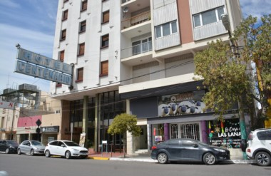 En remate. El emblemático Hotel Centenario ubicado frente a la Municipalidad de Trelew.