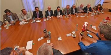 Mates. Postal de la cumbre en la que Arcioni insistió con la necesidad de que el gasto público se restrinja.