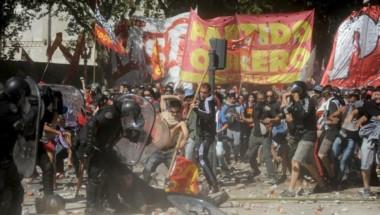 """La """"batalla"""" de Congreso. Parece un fresco de época, pero es solo una foto del diario Clarín."""