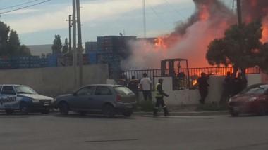 El incendio afecta la distribuidora de bebidas (foto @LaCienPuntoUno)