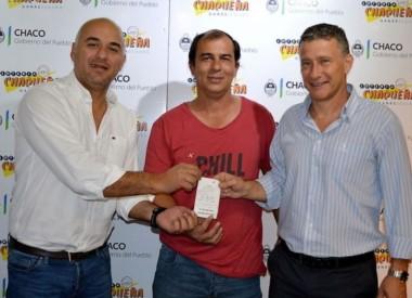 Autoridades de Lotería Chaqueña recibieron al ganador que llegó acompañado del titular de la agencia oficial donde hizo su apuesta.