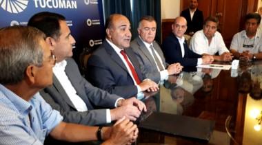El gobernador Juan Manzur y los representantes gremiales de los maestros tucumanos. (foto gentileza diario Cuarto Poder).