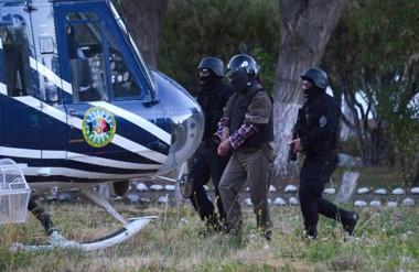 Protección. Una postal del militante de la RAM rumbo al helicóptero que lo trasladaó hasta Bariloche.