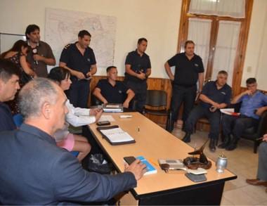 Cumbre. Uniformados y funcionarios coordinan la guardia escolar.