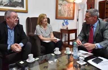 Café. Desde la izquierda, Renny, Di Perna y Arcioni planifican el futuro de la casa de altos estudios.