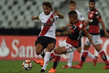 En el juego de ida en Brasil, River rescató un empate 2 a 2 cerca del final.