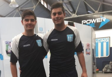 Nicolás López e Ignacio Walsh posan con la casaca de su nuevo club.