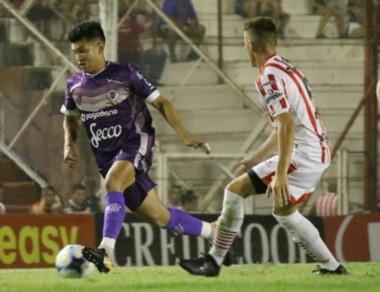 Flores, ex jugador de Brown, maneja la pelota. Dálmine se trajo un punto de Córdoba y es puntero con Rafaela y Juventud Unida.