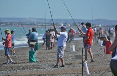"""Cien parejas compiten en las """"20 horas """" en Playa Unión, organizado por el Club de Pesca y Náutico de RAwson."""