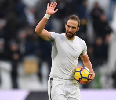 Gonzalo Higuaín se lleva a casa la pelota de su primer