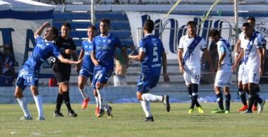 Albertengo celebra el segundo gol de Rafaela. Fue con un remate potente de afuera del área.