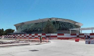 La obra incluye nueva terminal y estacionamiento.