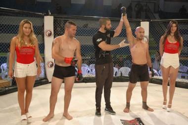 Brazo en alto para el ganador. Se vieron muy buenas peleas el sábado por la noche en el Municipal N° 1.
