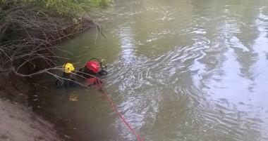 Los bomberos voluntarios trelewenses encontraron ayer a la mañana al infortunado joven en el río.