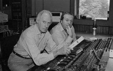 Emerick, junto a Goerge Martin (canoso), el productor y arreglador, considerado