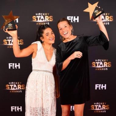 Merino (der.) fue elegida la mejor jugadora del mundo y Granatto (izq.)  recibió el premio a