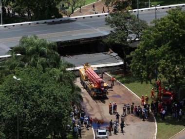 Cayó parte de un viaducto en la región central de Brasília aplastando varios vehículos.