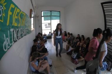 Los alumnos hacen filas desde la madrugada para logar uno de los 350 espacios del aula. (Foto: SEBASTIÁN CASALI / El Día).