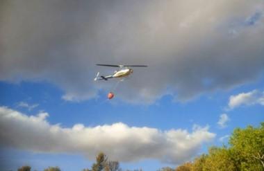 Uno de los helicópteros trabajando con cortafuegos en la zona próxima al aeródromo de El Maitén.