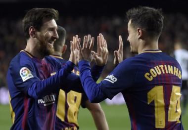 Messi celebra con Coutinho, autor del primer gol en el triunfo del