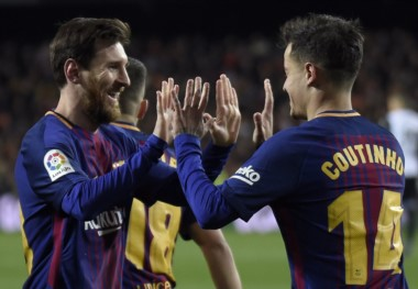"Messi celebra con Coutinho, autor del primer gol en el triunfo del ""Barsa""."