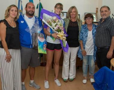 La joven nadadora capitalina Julieta Lema fue recibida ayer por Rossana Artero, quien le entregó un presente.