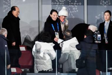 Kim Yo-jong sonríe en el histórico momento.