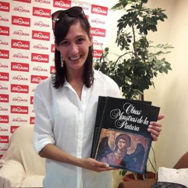 La bibliotecaria María Laura Damadio recibió la entrega que hizo la Fundación Iara.