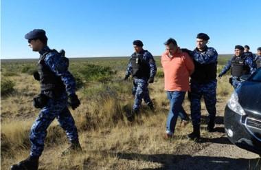 Fuertemente custodiado, el taxista Dante Donnini llega al sitio donde fue hallada sin vida Diana Rojas.
