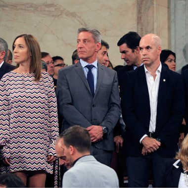 Rodeado. Arcioni, flanqueado por Eugenia Vidal y Horacio Larreta.