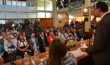 Banderas. Una postal de la dirigencia política valletana escuchando el mensaje informal del intendente Maderna ayer en el Concejo trelewense.