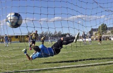 El remate directo a la red de Elgorriaga, de penal, para abrir la cuenta de Deportivo Madryn.