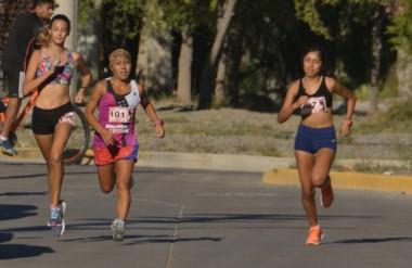 La gaimense Adriana Millaguala (centro) marcó el ritmo de la carrera y fue la ganadora de los 5 kilómetros.