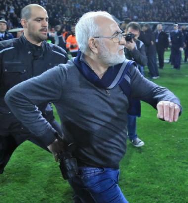 """El presidente del PAOK pide """"disculpas"""" por entrar al campo con una pistola."""