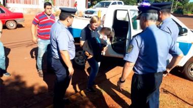 Personal policía de Misiones lleva a la pequeña niña a un nosocomio luego de caminar desnuda y llorando toda la noche.
