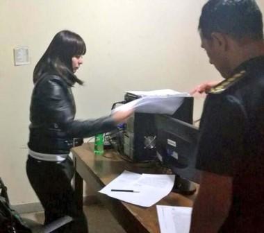 Notificada. Parado, el secretario Massoni chequea los trámites de detención de Souza en Arroyo Verde.