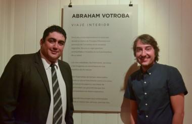 Abraham Votroba junto al coordinador de Acción Cultural, Daniel Neil, durante la inauguración.