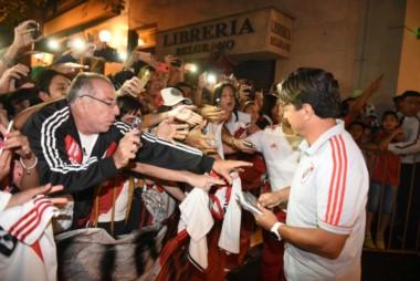 """Locura en Mendoza. Los hinchas del """"Millo"""" le dieron una gran bienvenida al plantel y a Gallardo."""