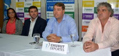 Damián Biss (presidente de la AHCVCh), María Eugenia Castán (vicepresidente) y Gabriel Cepeda (vocal) junto a Walter Ñonquepán en la presentación oficial del torneo Apertura.