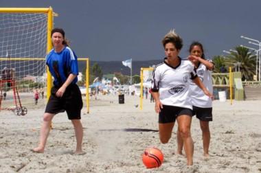 La galardonada Florencia Fernández, jugadora de J.J. Moreno, disputando un encuentro de fútbol playero.
