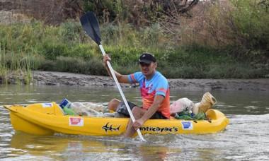 Uno de los participantes de la campaña de limpieza del río Chubut.