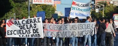 Banderazo. La protesta de la comunidad educativa que recorrió Trelew con sus consignas de reclamo.