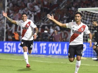 """""""Nacho"""" Scocco le puso su sello a un centro de """"Pity"""" Martínez para estampar el 2-0 sobre Boca en el superclásico en Mendoza."""