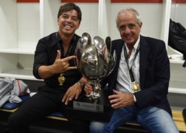 Las máximas caras de River. Marcelo Gallardo y Rodolfo D'Onofrio posaron junto a la Supercopa.