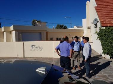Los fiscales Williams y Rodríguez en la vivienda allanada en Playa Unión. (Foto: Sergio Esparza / Jornada)
